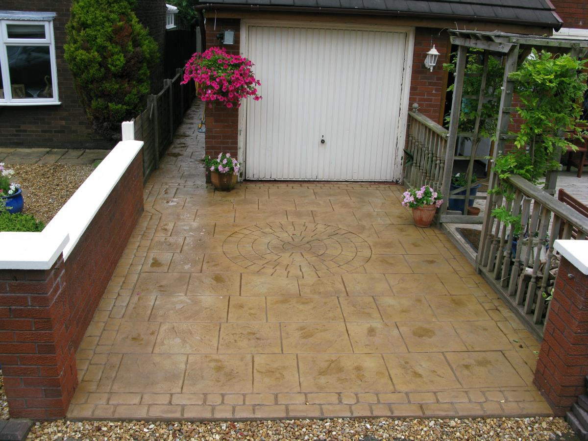 Driveway in walkway slate (flag pattern) style with 5ft circular feature in light buff, edged with mews cobblestone for Poulton-le-Fylde property.