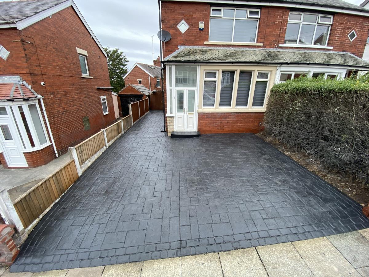 Installation completed in Layton, Blackpool in ashlar slate style with double cobble borders in a slate blue tone.