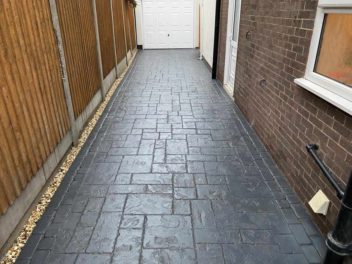 Driveway installation to a property in Poulton-le-Fylde in French grey ashlar slate pattern with mews cobble border.