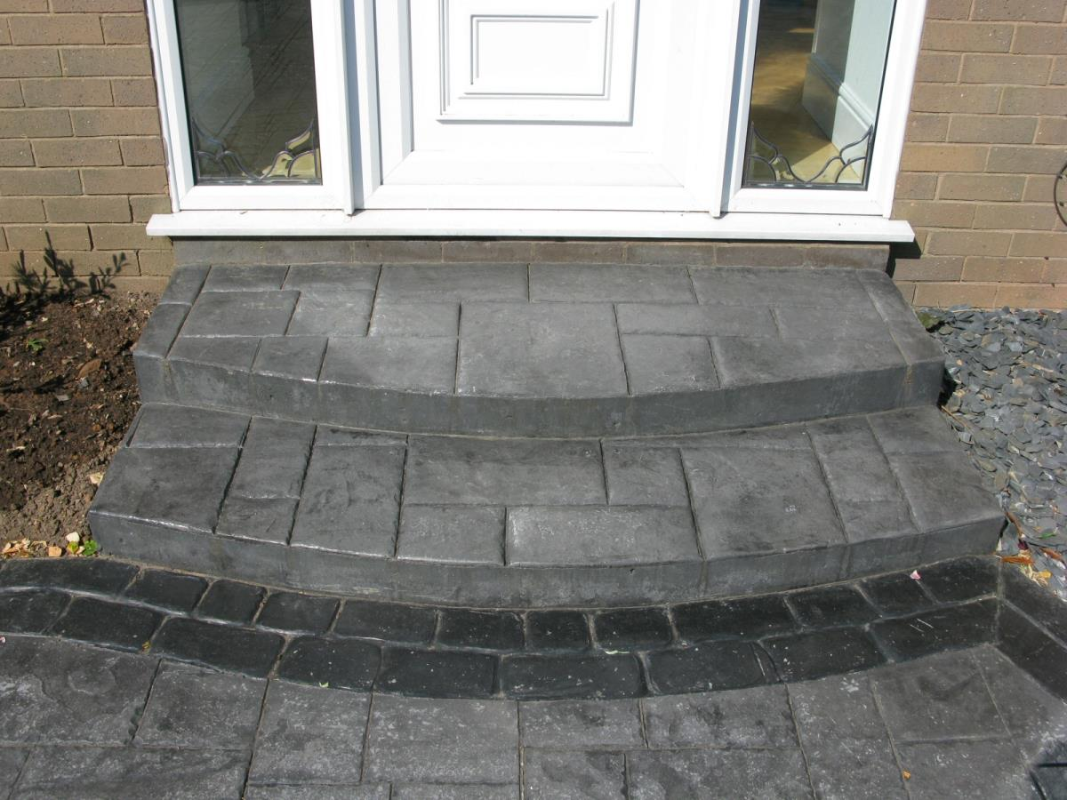 Square to round double steps in basalt grey ashlar slate with stone grey cobble edging for Fleetwood customer.