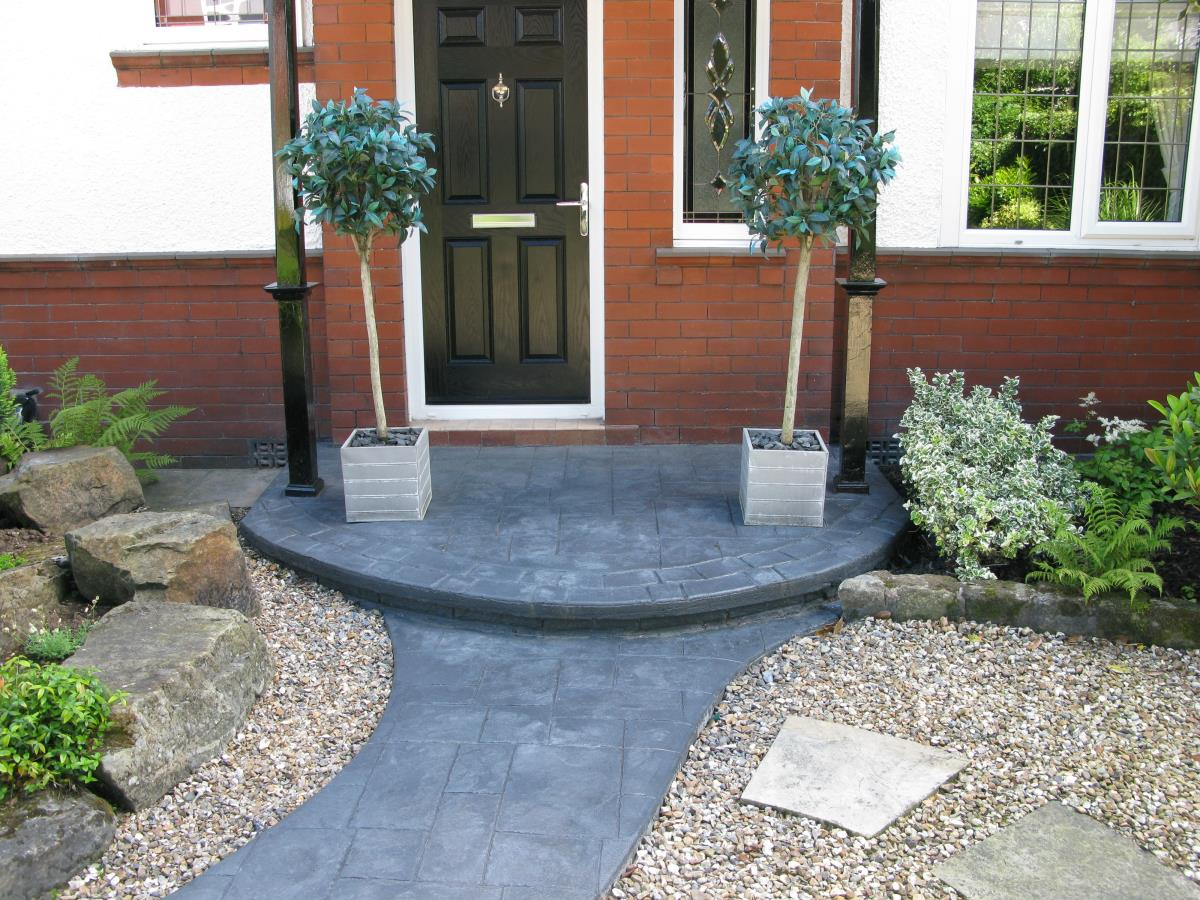 A beautiful feature step for a client in Over Wyre, demonstrating that steps can enhance, rather than detract from the overall look of your garden.